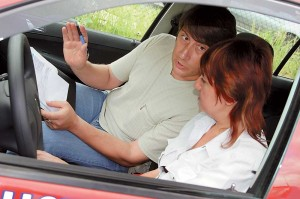 Автоинструктор помогает выучить правила, а школа вождения призвана научить вас правильно вести себя на дороге