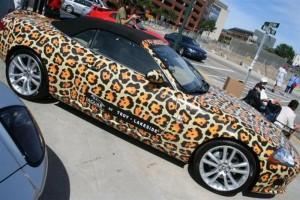 Автомобиль леопардовой расцветки необычен не менее, чем авторикша