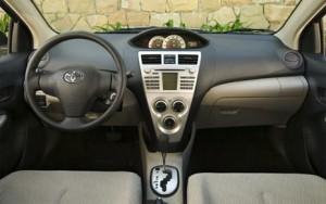 Салон и коробка передач Toyota Yaris